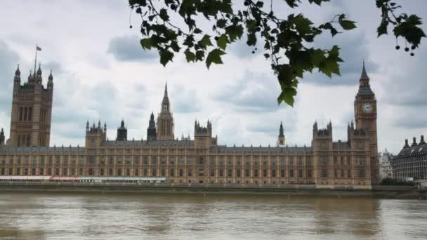 domy z parlamentu a big ben za Řeka Temže