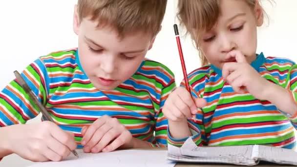 dívka a chlapec pusou se rozmazal čokoláda kreslit obrázky v poznámkových blocích