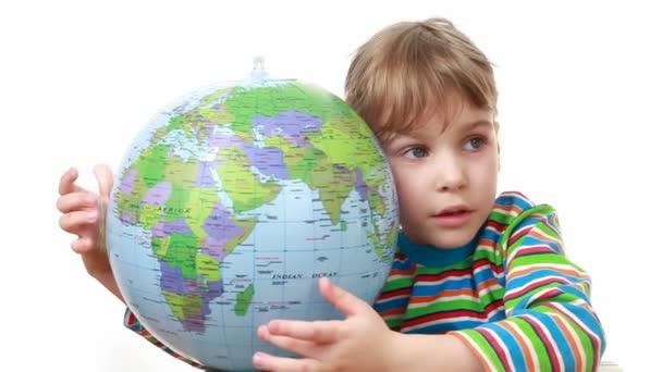 Dívka drží Globus a poklepává na něm pěstí