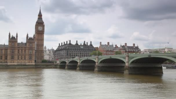 Houses of Parliament and Big Ben behind Thames river