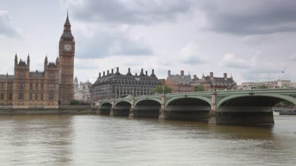 Házak a Parlament és a Big Ben, Temze-folyó mögött