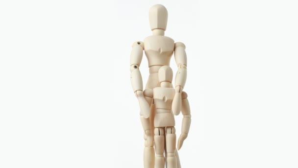 dřevěné figurky nadřazeného všeobjímající své dítě zpět