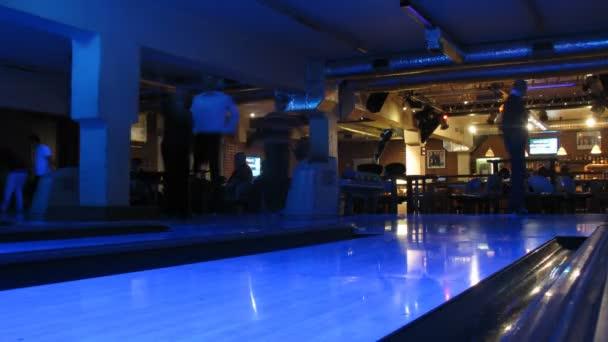 lidé hrát bowling v prvním klubem