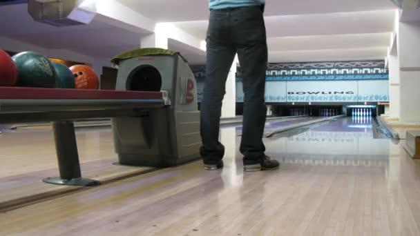 muž odebírání míče. bowling