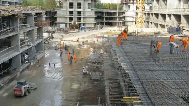 aktive Arbeit auf Baustelle Losiniy Ostrov Gutshof