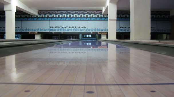 míč roll přes bowlingovou dráhu a hit kolíky, časová prodleva