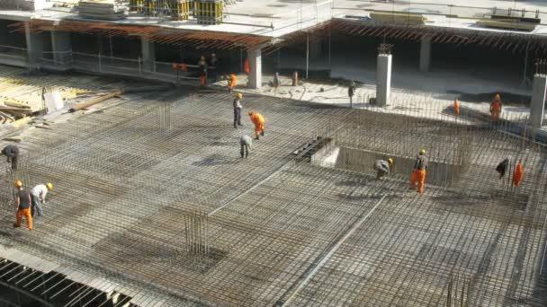 několik pracovníků, vytváření kovový rám na staveništi