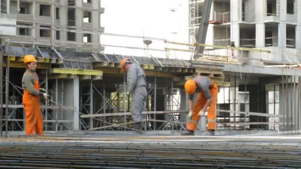 Arbeitnehmer bei der Baustelle Losiniy Ostrov Gutshof