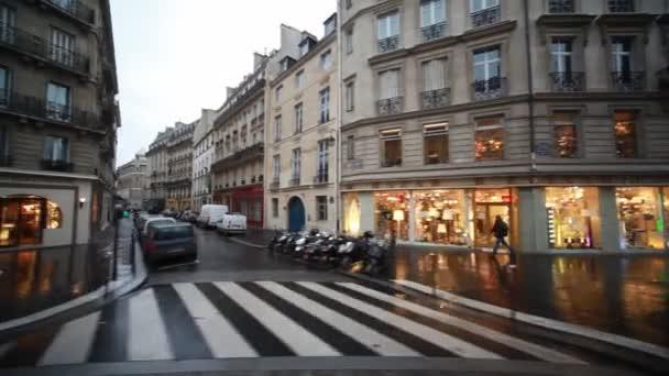 ulice a domy s vitrínami v Paříži