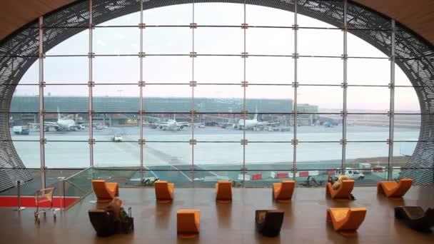 A párizsi repülőtér modern asztalok és ablak váróterem