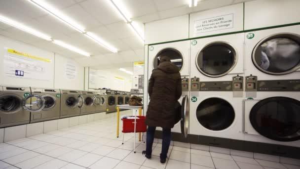 velké pračky, Žena vsune do bubnu oblečení