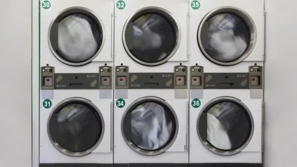velké pračky ve veřejné prádelně