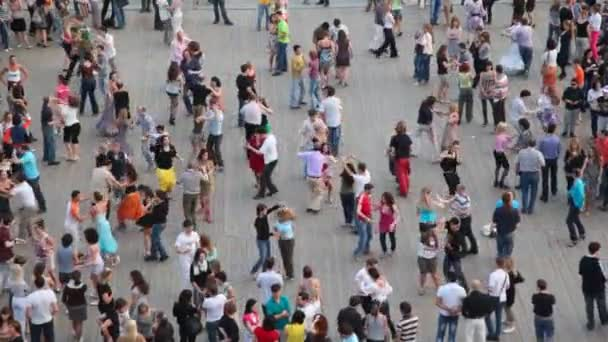 lidé tančí latinské tance na nábřeží řeky Moskvy