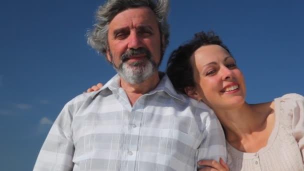 vecchio e figlia adulta la testa a riposo esso spalla stand sorridendo felicemente contro il cielo destate quando la brezza