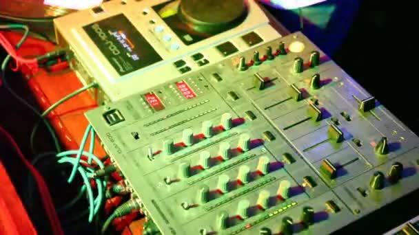 Close-up di pult dietro cui funziona il dj