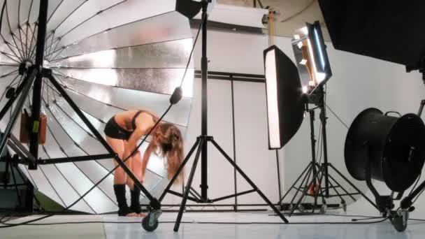 mladí sportovní model představují pro fotografa ve studiu