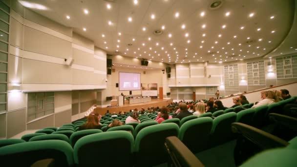 lidé sedí v konferenční síni na cpm collection premiéra
