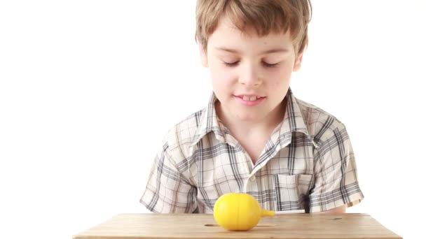 chlapec s obtížemi otevření krabice s hračkou