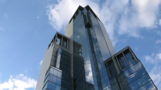 mraky se odrážejí v nově stavět mrakodrap