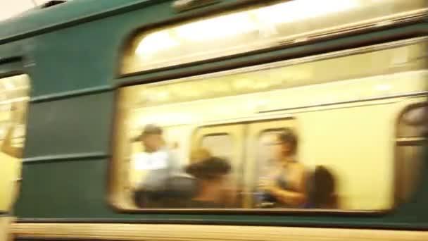 vlak na velkou rychlost na dorazí (stanice metra)