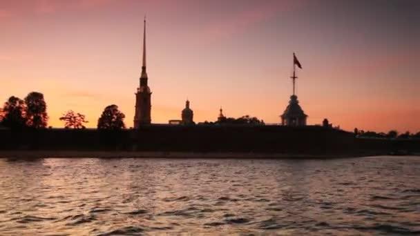petropavlovskaya Festung am Ufer der Newa in weißen Nächten