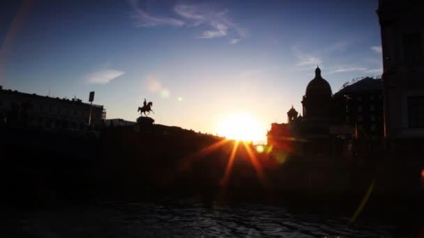 Silueta pomník Nicholas já a náměstí svatého Izáka v slunečním světle podsvícený