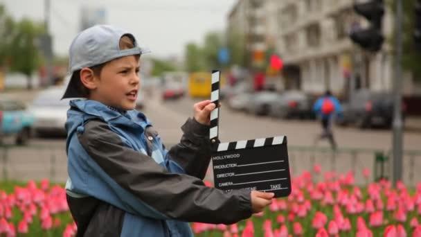chlapec přezky klapku a jde z rámu na posteli s tulipány v ulicích města