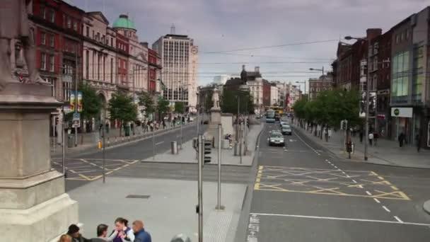 turistický autobus se pohybuje podél ulice oconnell