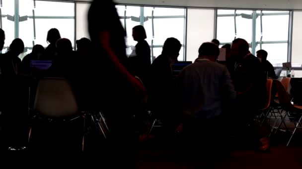 Die Leute sitzen im Büro
