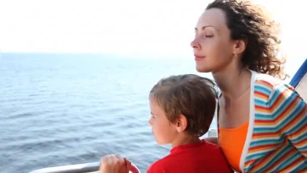 matka a syn plavat rychle pohybující křídlové lodi na moři