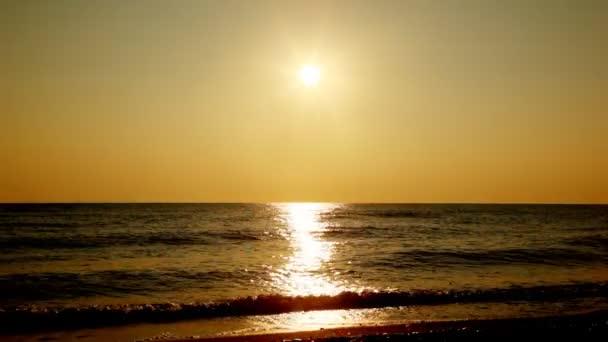 A csinos lány megy tengerpart, sziluett naplementekor