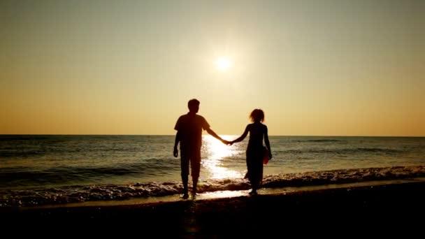 dívka a chlapec jít Francescy z moře, siluety na západ slunce, part2