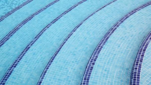 kroky na hloubku v bazénu, který podle mozaika na dně