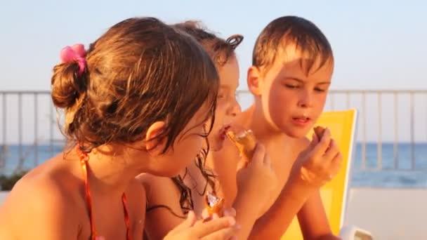 děti jedí vafle kužel zmrzliny a mluví