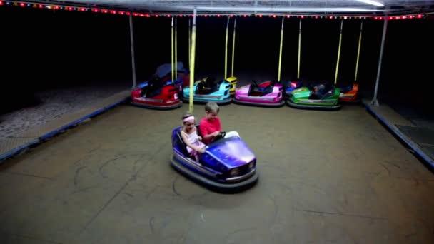 dvě děti jezdit modré auto na elektrický pohon