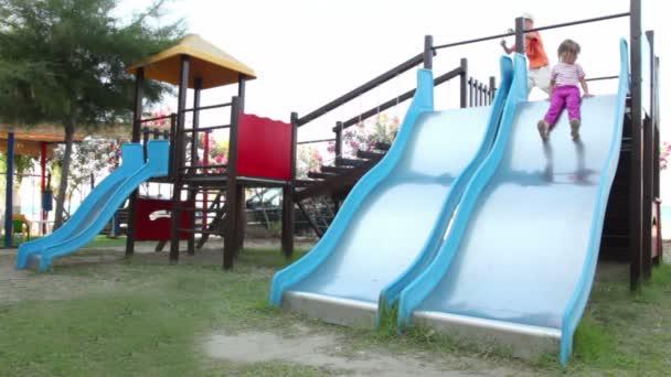 dvě děti jsou na hřišti objektu, jak posunout dolů