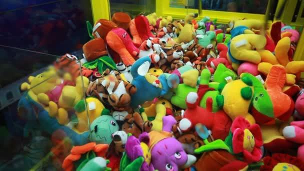 pokus o vítězství v automatu pro děti s mnoha plyšové hračky
