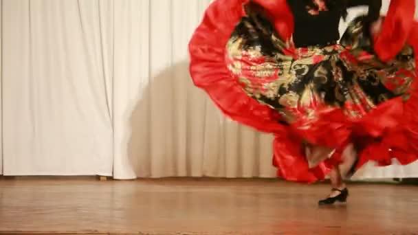 romské ženy na vysokých podpatcích provést tradiční tanec