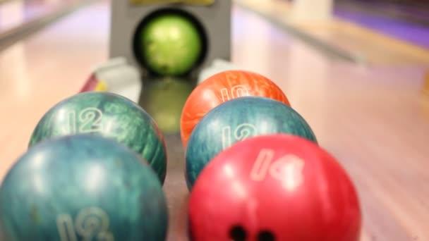 míč byl válí, bowlingové koule leží v bowling Clubu