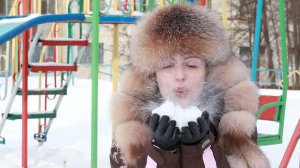 žena fouká ve sněhu dvakrát