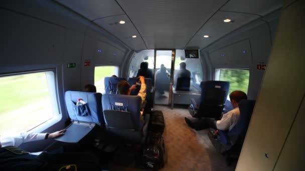 pohled vlak kabiny operátora při pohybu po železnici