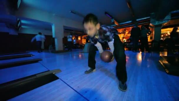 chlapec nosí brýle hodí míč v bowling Clubu
