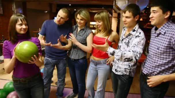 Společnost přátel zůstat v bowling Clubu