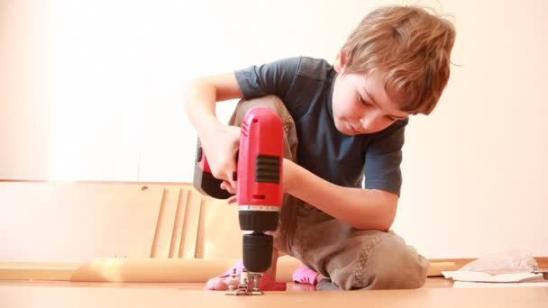 chlapec používání šroubováku při konstrukci nábytku prvek