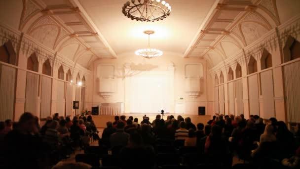diváci čekat show začne v sále výkon