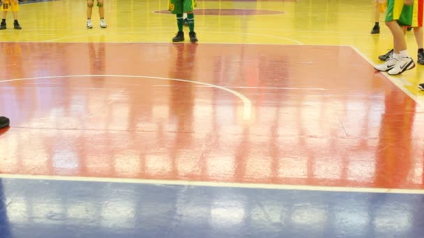 nohy chlapců, které hrají basketbal v rsupes  t