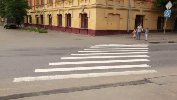 matka a děti jsou na přechod pro chodce silnici za nimi na silnici