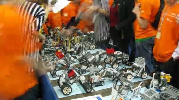 děti zkontrolovat jejich roboty během robofest-2011
