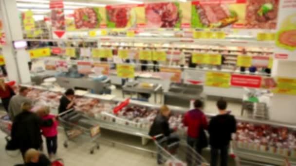 lidé se nákupy v obchodě