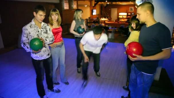 sex vänner bo med bollar i händerna och vänta på spel i bowling